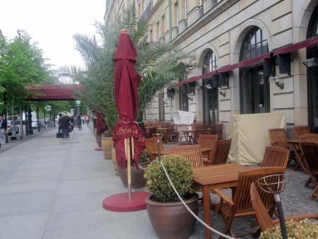 Unter den Linden vor dem Hotel Adlon