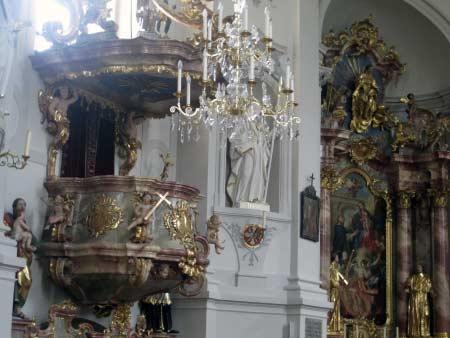 Kanzel, Altar und Kronleuchter