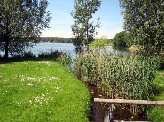 Der Kurpark reicht bis zum See