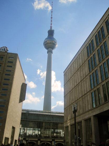 Berlin Fernsehturm - hinterm Bahnhof