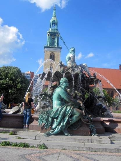 Neptunbrunnen vor Marienkirche