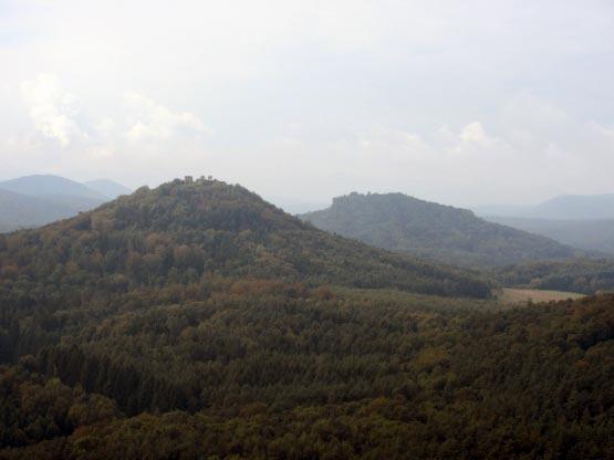 Blick auf Burg Trifels von Gossersweiler-Stein