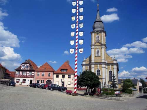 Marktplatz und Kirche