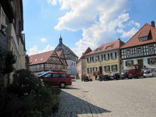 Marktplatz mit Außengastronomie und Rathaus