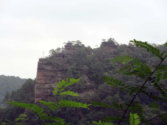 Enorme gewaltige Felswände