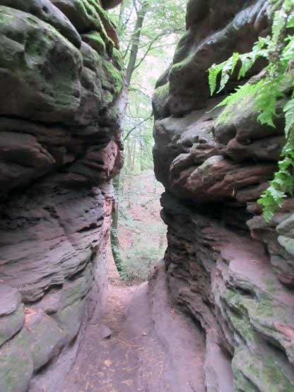 Wanderweg durch den Felsspalt