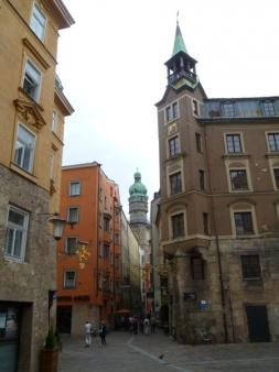 Der Stadtturm im  Hintergrund