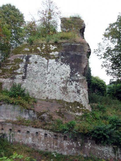 Felswand zwischen den Burgteilen