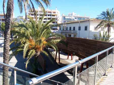 Eine der Holzterrassen über der Hafenpromenade