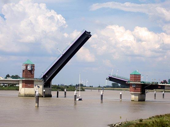 Emsbrücke offen - dieser Segler hat Vorrang.