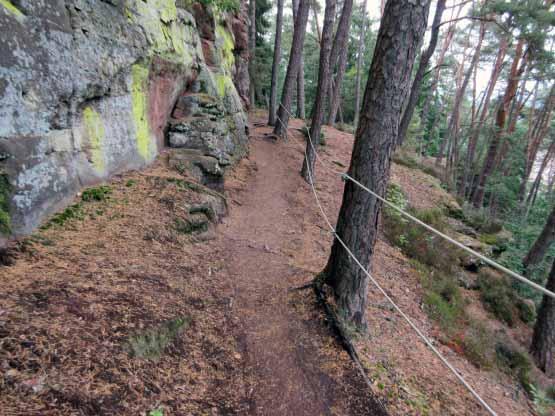 Wir gehen weiter auf dem Felsenpfad