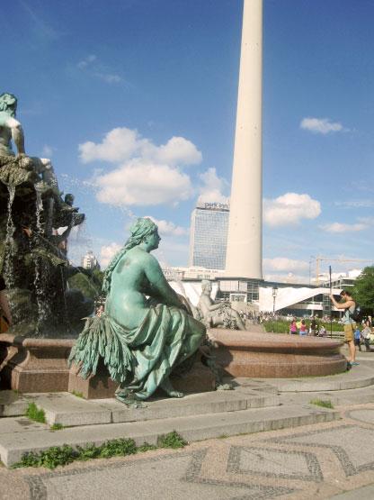 Neptunbrunnen vor Fernsehturm und Park Inn