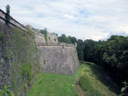 Die dicke Festungsmauer