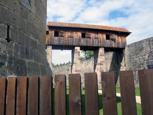 Brücke zwischen Mauer und Festung.