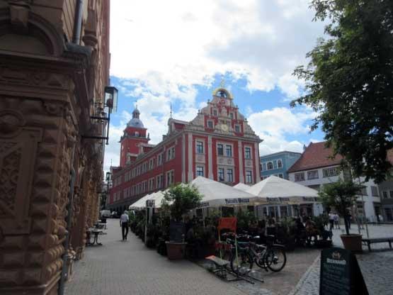 Historischer Marktplatz mit Rathaus