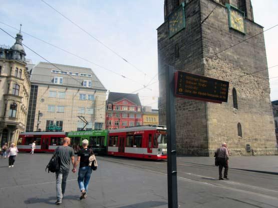 Straßenbahn vor dem Roten Turm