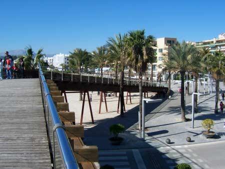 Holzstege und Platz in Port d'Alcudia
