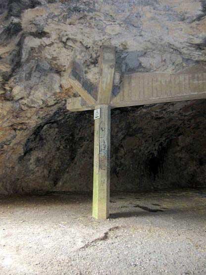 Stützbalken sichern den porösen Kalkstein