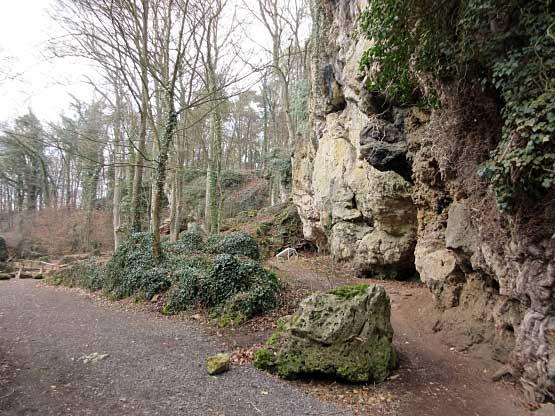 Weg durch die Felsbrocken