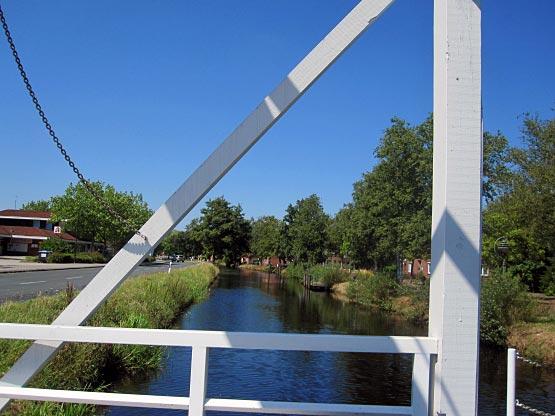 Auf der Klappbrücke Ostgrossefehn