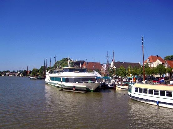 Ausflugsschiffe in Leerer Hafen