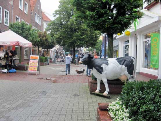 Fußgängerzone mit Kuh