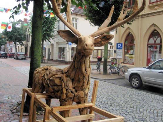 Holzgeschnitzter Hirsch