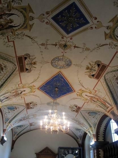 Deckenmalerei und Kronleuchter