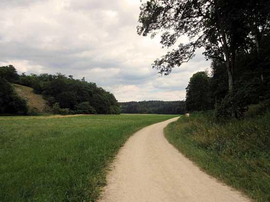Das breite Tal dewr Lone, rechts ab der Pfad zu den Höhlen