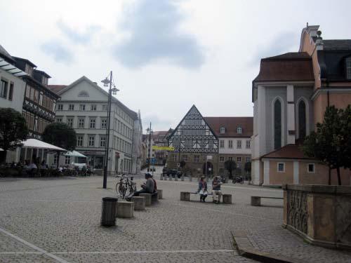 Marktplatz - Straßencafés und Sitzbänke
