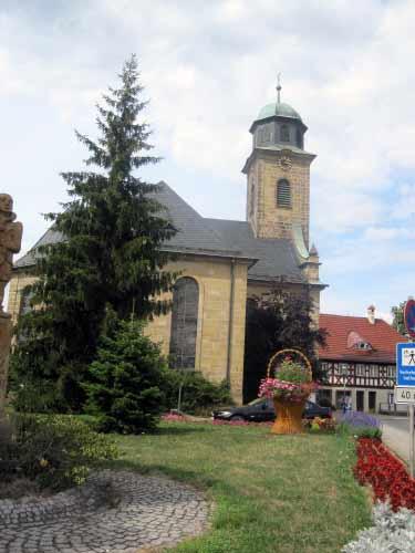 Park mit Korb vor der Kirche