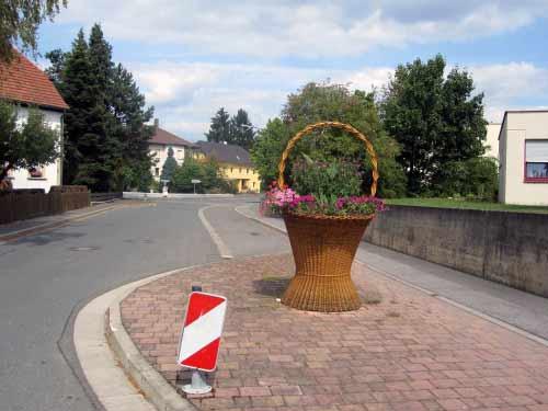 Der erste Korb steht mitten auf der Straße