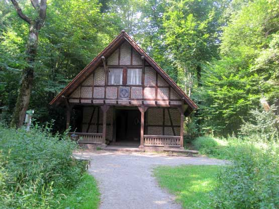 Im Zentrum: Die Jagdhütte