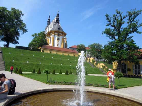 Blick vom Springbrunnen auf die Terrassen zur Kirche