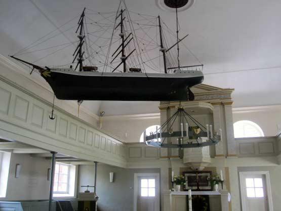 In den norddeutschen Kirchen hängt oft ein Schiff an der Decke.