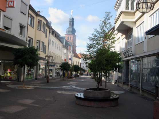 Ein herrliches Fußgängerparadies mit Bäumen