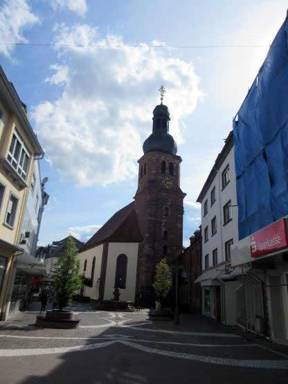 Kirche im Zentrum der Bummelzone