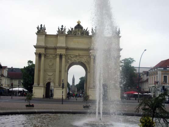 Tor mit Brunnen und hinten St.-Peter-und-Paul