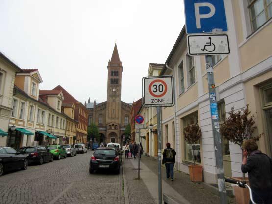 Brandenburger Straße mit St.-Peter-und-Paul-Kirche