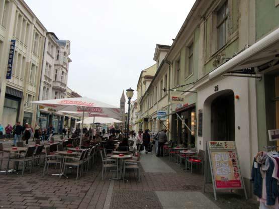 Cafe mit Essbereich mitten auf der Straße