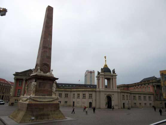 Obelisk, Eingangstor und Mercure-Hotel