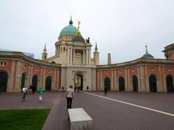 Der Rücklick: Eingangsportal mit St. Nikolai