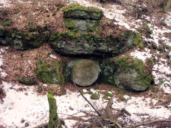 Mühlstein in einem Fels