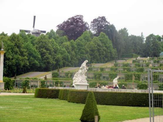 Statuen, Weinterrassen und die Windmühle