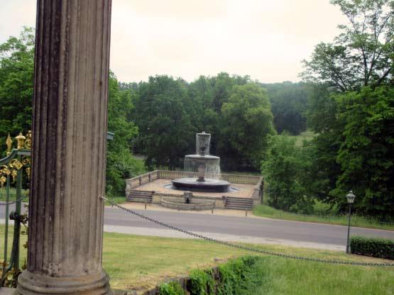 Der Brunnen hinter dem Schloss.