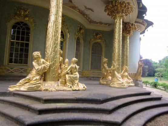 Vergoldete Säulen und Figuren