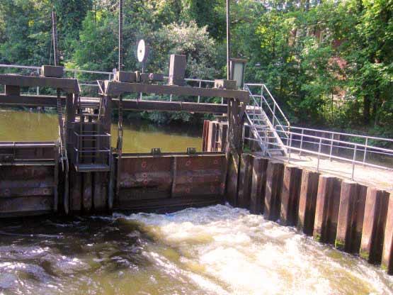 Die Schleuse Neue Mühle öffnet und schließt sich