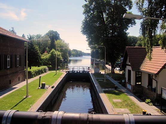Schleuse Neue Mühle: Blick von der Brücke auf den Schleusentrog.