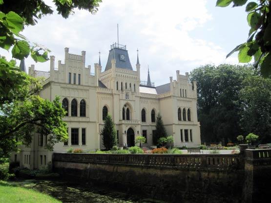 Schloss Evenburg mit Wassergraben, Leer