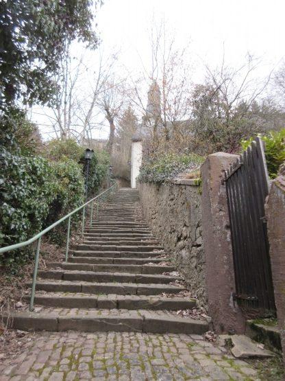 Aufstieg zu Kirche und Burg